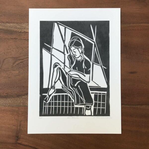 Linolschnitt am Fenster