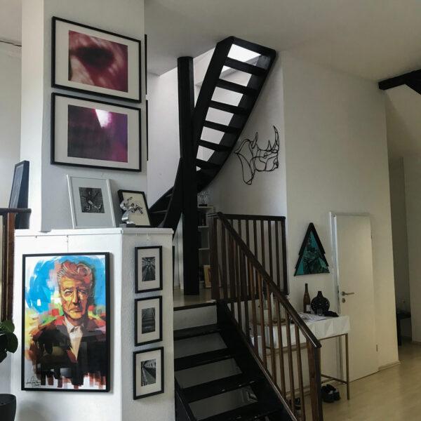 Wohnung mit zahlreichen Bildern und Kunstwerken