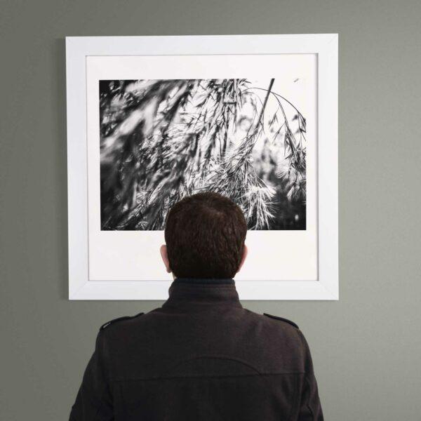 """Mann schaut auf Kunstwerk """"Atem"""""""