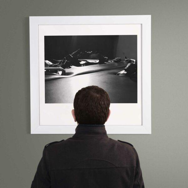 """Man schaut auf Kunstwerk """"...sells"""""""